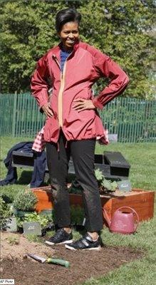 MichelleObama_WhiteHouseKitchenGarden_April9