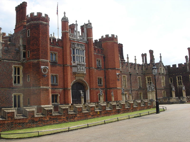 800px-Hampton_Court_Palace